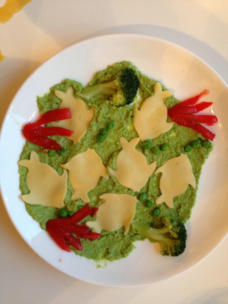 Pesciolini di pasta con pesto di zucchine