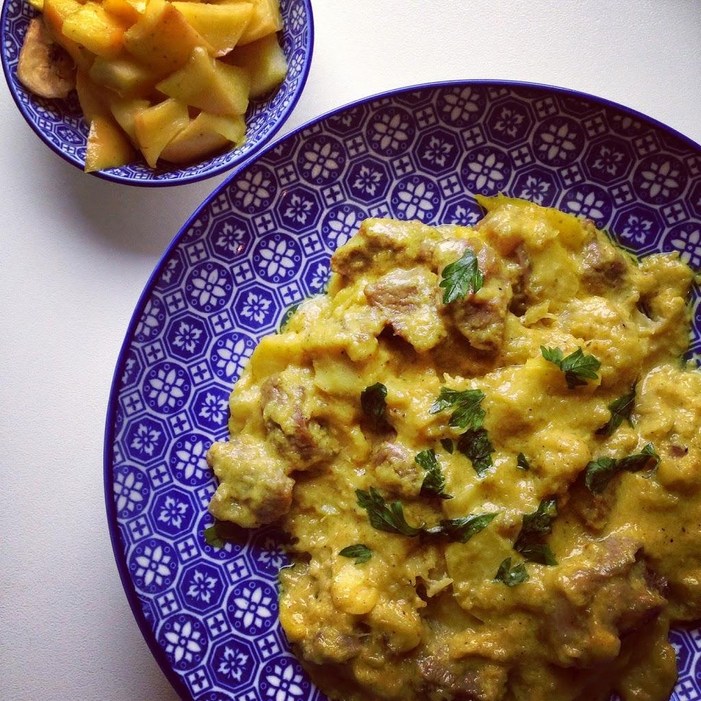 Agnello al curry con mele, banane e cocco